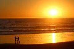 Les gens silhouettent au coucher du soleil, la Californie Photographie stock libre de droits