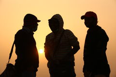 Les gens silhouettent dans l'ensemble de Sun Photo libre de droits