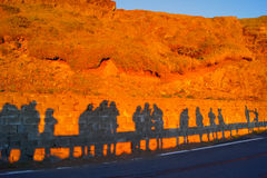 Les gens silhouettent dans le coucher du soleil Photographie stock libre de droits