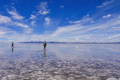 Les gens silhouettent dans Salar de Uyuni photo stock