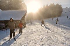 Les gens skiant dans la station de vacances d'hiver photographie stock libre de droits