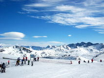Les gens skiant en montagnes photographie stock libre de droits