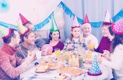 Les gens sont heureux de célébrer l'anniversaire de children's image stock