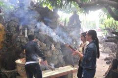 les gens sont immolent dans un temple le premier jour de la nouvelle année lunaire au Vietnam Image libre de droits