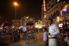 Les gens sont occupés avec des activités quotidiennes sur la route principale célèbre de bazar Photo stock