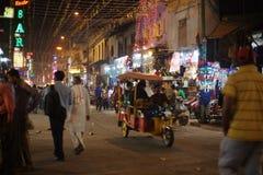 Les gens sont occupés avec des activités quotidiennes sur la route principale célèbre de bazar Photos stock