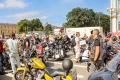 Les gens sont parmi des motos photo libre de droits