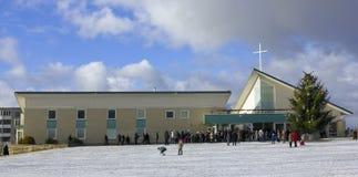 Les gens sont venus à une prière de Noël de jour Photographie stock libre de droits