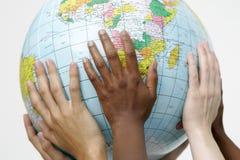 Les gens supportant un globe Image libre de droits