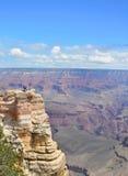 Les gens sur augmenter le voyage prenant des photos de beau paysage Photos stock