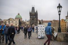 Les gens sur Charles Bridge à Prague Photos stock