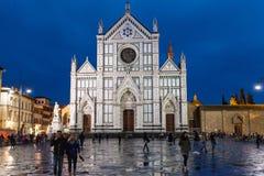 Les gens sur des Di Santa Croce de Piazza dans la nuit pluvieuse Photographie stock libre de droits