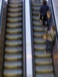 Les gens sur des escalators Photos libres de droits