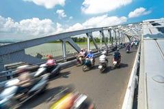 Les gens sur des vélos sur le pont de Hue, Vietnam, Asie. Image libre de droits
