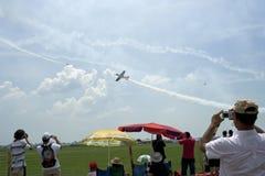 Les gens sur l'aérodrome à un événement d'aviation, cru Photos libres de droits