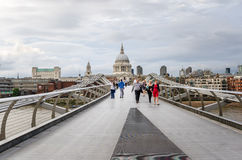 Les gens sur l'arête de millénaire à Londres photo libre de droits
