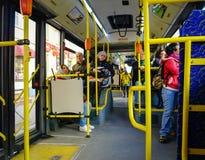 Les gens sur l'autobus dans le St Petersbourg, Russie Photos stock