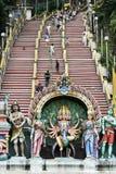 Les gens sur l'entrée d'étapes au batu foudroient le temple Kuala Lumpur Image libre de droits