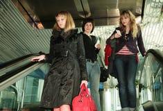 Les gens sur l'escalator à l'aéroport images libres de droits