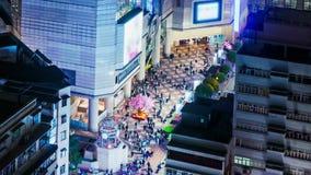 Les gens sur l'espace d'ouverture d'un centre commercial. Large bourdonnez a dedans tiré. banque de vidéos
