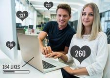 Les gens sur l'ordinateur avec la barre et les coeurs de statut de goûts Photos libres de droits