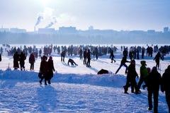 Les gens sur la célébration le jour d'hiver Image stock