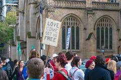 Les gens sur la démonstration contre la restriction de gouvernement aux migrants et aux réfugiés Images libres de droits