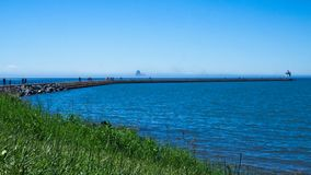 Les gens sur la jetée à deux ports, Minnesota un jour ensoleillé photographie stock libre de droits