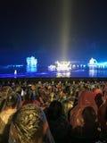Les gens sur la lumière de nuit montrent sur Li River dans Yangshuo Photos libres de droits