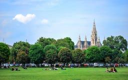 Les gens sur la pelouse verte à Vienne Photos stock