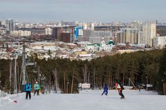 Les gens sur la pente de ski et la vue de la ville d'Iekaterinbourg images stock