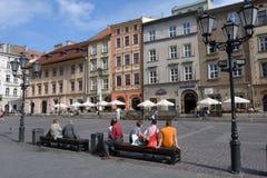 Les gens sur la petite place du marché à Cracovie, Pologne Image libre de droits