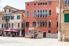 Les gens sur la place dans la ville de Venise au printemps Photo libre de droits