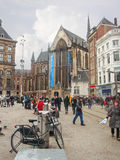 Les gens sur la place de barrage dedans   Amsterdam. Pays-Bas Photo stock