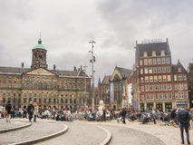 Les gens sur la place de barrage devant Amsterdam Royal Palace. N Images libres de droits