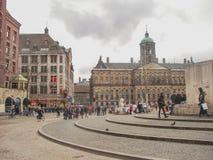 Les gens sur la place de barrage devant Amsterdam Royal Palace. N Photo libre de droits
