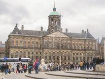 Les gens sur la place de barrage devant Amsterdam Royal Palace. N Image stock