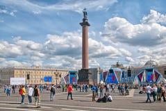 Les gens sur la place de palais St Petersburg Russie Image libre de droits