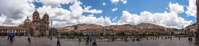 Les gens sur la place principale au crépuscule dans Cusco, Pérou Photographie stock