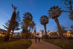 Les gens sur la place principale et la cathédrale au crépuscule, Arequipa, Pérou Images stock