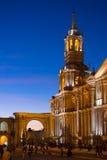 Les gens sur la place principale et la cathédrale au crépuscule, Arequipa, Pérou Photos stock