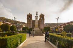 Les gens sur la place principale et la cathédrale de Puno, Pérou images libres de droits