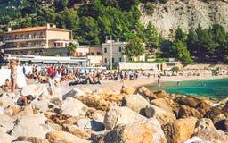 Les gens sur la plage dans le cassis Photos libres de droits