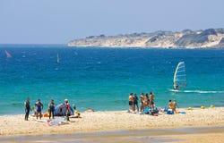 Les gens sur la plage kitesurfing active occupée en Espagne Images stock