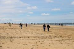 Les gens sur la plage sablonneuse près de la Mer du Nord dans Zandvoort Photographie stock