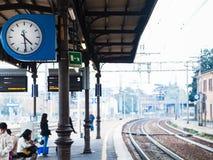 Les gens sur la plate-forme de la gare ferroviaire à Modène Photos stock