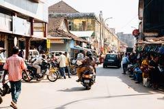 Les gens sur la route, Goa Photographie stock libre de droits