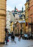 Les gens sur la rue à Karlovy Vary Centre d'information Photographie stock