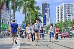 Les gens sur la rue au centre de Zuhai, Chine Photographie stock libre de droits