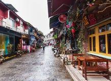 Les gens sur la rue d'achats dans la ville de Yangshuo Photographie stock libre de droits